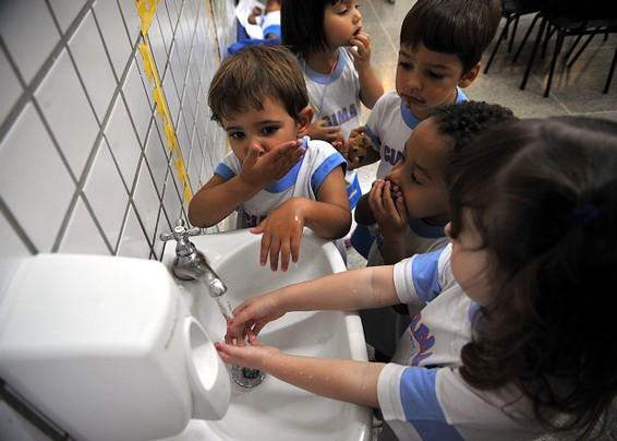 Washing hands can help prevent us catching the influenza virus. Image by Christian Hartmann.